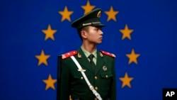 一名中国警察站立在欧盟驻华代表团北京办公室外。(资料照片)