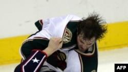 Дерек Бугард (номер 34) в роли тафгая: в 2007 году он выступал за команду Minnesota Wild