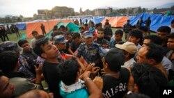 Warga Nepal korban gempa mendirikan tenda-tenda di ibukota Kathmandu (26/4).