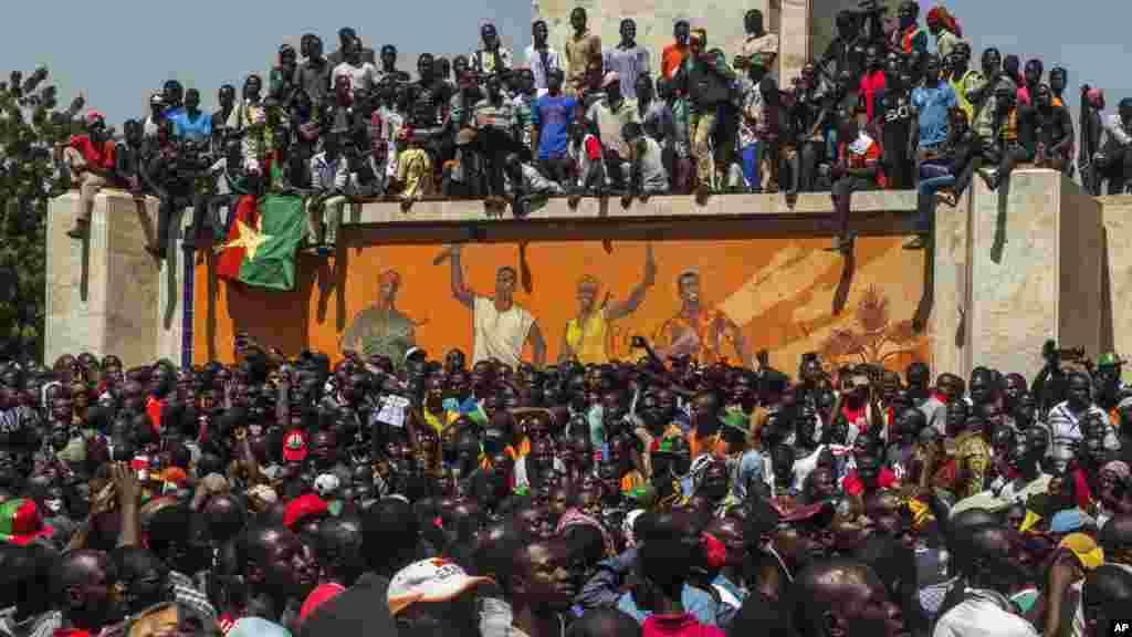 Des manifestants réunis sur la place de la Révolution à Ouagadougou, 31 octobre 2014. (AP Photo/Theo Renaut).