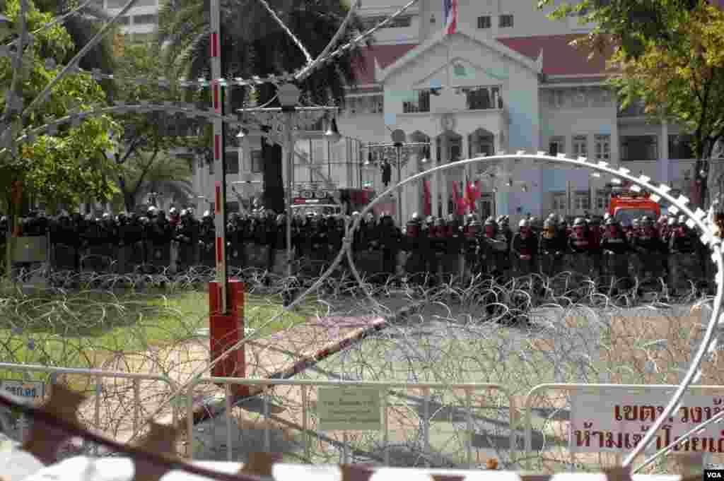 Police line up to thwart any attempt to occupy their headquarters in Bangkok. (Steve Herman/VOA)