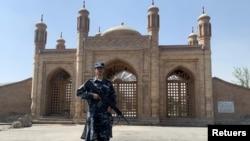 Một thành viên Taliban đứng trước nơi xảy ra vụ nổ ngày hôm trước 3/10/2021 ở Kabul, Afghanistan.
