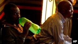 Un fidèle boit une bière faite maison lors d'un service de l'église Gabola dans un bar à Orange Farm, au sud de Johannesburg, le 15 avril 2018.
