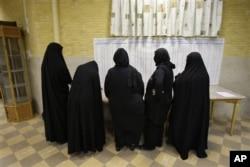 Tahran'da seçmenler oy kullanırken