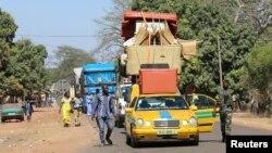 ພວກລົດລຽນກັນເປັນແຖວ ຢູ່ທີ່ດ່ານກວດຄົນເຂົ້າເມືອງ Selekiຂອງປະເທດ Senegal, ຢູ່ທີ່ຊາຍແດນຕິດກັບປະເທດແກມເບຍ, ວັນທີ 17 ມັງກອນ 2017.