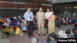 85 TKI Ilegal asal Jawa Timur tengah didata dan diamankan oleh Polda Jawa Timur, Selasa (28/7). Polda Jawa Timur berhasil menggagalkan keberangkatan mereka ke Malaysia dari Bandara Juanda (Foto: VOA/Petrus).