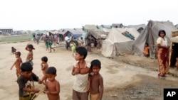 Anak-anak muslim Rohingya tinggal di penampungan pengungsi sementara di kota Sittwe utara, negara bagian Rakhine, Myanmar (2/4).