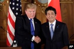 지난 6일 일본 아카사카궁에서 공동 기자회견을 가진 도널드 트럼프 미국 대통령(왼쪽)과 아베 신조 일본 총리가 악수하고 있다.