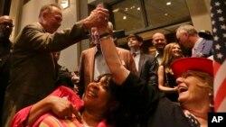 El juez Roy Moore saluda a sus seguidores en el mitin de victoria en Montgomery tras ganar las primarias republicanas en Alabama.