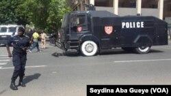 La police a déployé un dispositif sécuritaire impressionnant au centre-ville de Dakar, empêchant ainsi une marche appelée par l'ex-président sénégalais Abdoulaye Wade, à Dakar, Sénégal, 25 juillet 2017. (VOA/Seydina Aba Gueye)