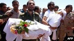 Des funérailles des victimes d'une frappe aérienne à Sorman, Libye, 22 juin 2011.