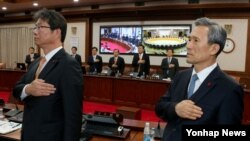 김관진 한국 국방부 장관(오른쪽)과 류길재 통일부 장관 등 국무위원들이 17일 서울-세종청사간 영상국무회의에서 국민의례를 하고 있다.