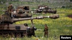 Tentara Israel siaga di dekat kota Katzrin, Dataran Tinggi Golan (19/3).