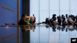 Üç partinin liderleri Sigmar Gabriel, Angela Merkel ve Horst Hoefer koalisyon anlaşmasını açıklarken