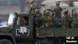 Pasukan pemerintah Suriah siaga di pusat kota Damaskus, Senin (16/7). Bentrokan di ibukota Damaskus berlanjut untuk hari ketiga.