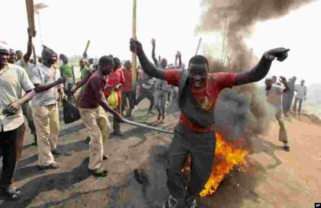 Demonstrators gather at a burning barricade during a protest against the elimination of a popular fuel subsidy that has doubled the price of petrol, at Gwagwalada on the outskirts of Nigeria's capital Abuja January 9, 2012.