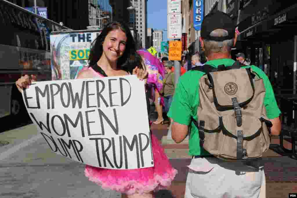 این خانم جوان اعتراض اش را با این پلاکارد نشان می دهد.