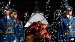 Kovčeg sa posmrtnim ostacima Jovanke Broz ispred Kuće cveća