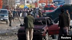 Persian Keamanan Afghanistan memeriksa lokasi serangan bom bunuh diri yang menarget kendaraan milik Kedutaan Besar Inggris di Kabul, Afghanistan (27/11).