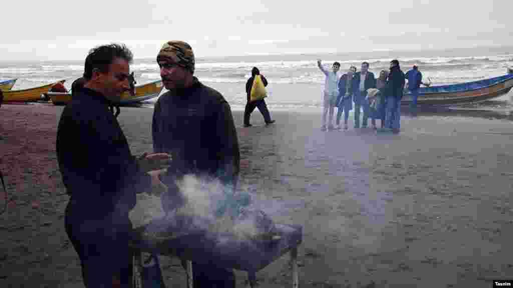 کنار دریا، آتشی و کمی آنسوتر، گرفتن یک عکس یادگاری... عکس: غلامرضا احمدی، تسنیم