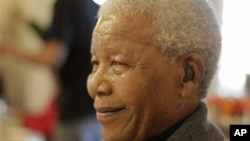 جنوبی افریقہ کے سابق صدر نیلسن مینڈیلا (فائل فوٹو)