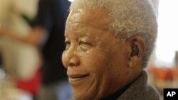 Nelson Mandela tersenyum ke arah jemaat gereja di Soweto pada hari ulang tahunnya tahun lalu (foto: dok).