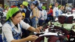 Ảnh tư liệu - Các công nhân ngành may làm việc trong một nhà máy ở Phnom Penh, ngày 10 tháng 5 năm 2004.