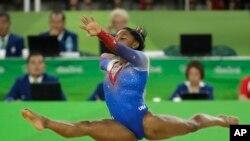 L'Américain Simone Biles en plein numéro lors de la finale de la gymnastique artistique féminine aux Jeux Olympiques d'été de 2016 à Rio de Janeiro, au Brésil, 16 août 2016.