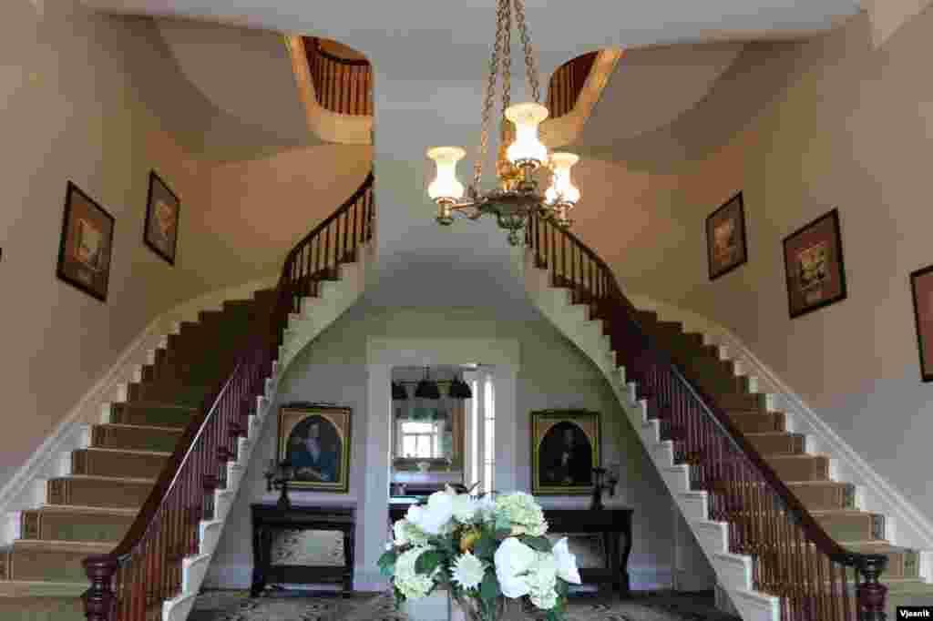 楼梯。殖民地时代建筑的楼梯都非常讲究。杰佛逊总统在设计他的庄园时专门写过关于楼梯的设计。