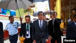 Thủ tướng Thái Lan Prayuth Chan-ocha (giữa) đến thăm Chùa Shwedagon trong chuyến công du Myanmar, 10/10/14