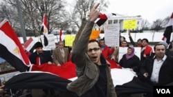 Para demonstran di Washington DC unjuk rasa di depan Gedung Putih untuk mendukung rakyat Mesir, Sabtu (29/1).