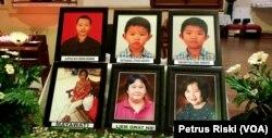 Foto 6 orang umat Gereja Katolik Santa Maria Tak Bercela Surabaya yang menjadi korban serangan bom bunuh bunuh diri pada 13 Mei 2018 (Foto: VOA/Petrus Riski)
