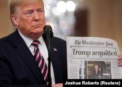 Predsednik Donald Tramp pokazuje naslovnu stranu Vašington posta