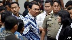 Gubernur DKI Jakarta Basuki Tjahaya Purnama alias Ahok berbicara kepada tim pengacaranya, setelah dijatuhkannya vonis hukuman penjara dua tahun oleh Pengadilan Negeri Jakarta Utara hari Selasa (9/5).