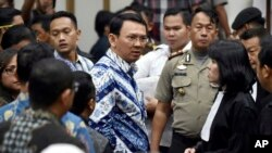 "Jakarta Governor Basuki ""Ahok"" Tjahaja Purnama, center, talks to his lawyers after his sentencing hearing at a court in Jakarta, Indonesia, May 9, 2017."