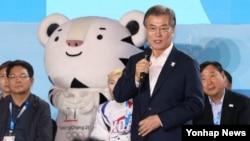 문재인 한국 대통령이 24일 오후 평창 알펜시아 리조트에서 열린 'G-200, 2018, 평창을 준비하는 사람들' 평창 동계올림픽·패럴림픽 성공 다짐대회에서 격려사를 하고 있다.