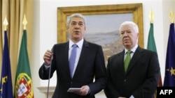 Thủ tướng Bồ Đào Nha Jose Socrates, trái, và Bộ trưởng Tài chính Fernando Teixeira dos Santos trả lời phóng viên tại Lisbon