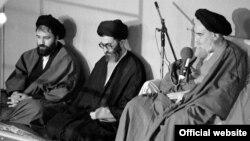 آیتالله خمینی در کنار علی خامنهای رهبر فعلی و احمد خمینی