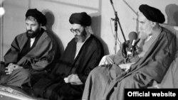علی خامنهای در میان روحالله خمینی و فرزندش احمد خمینی نشسته است