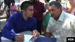 penyidik Kementerian Dalam Negeri Kuba, Roberto Hernandez (kanan) bersama Jose, puteranya. (Foto: dok).