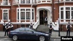 8月16日,英国警察守在阿桑奇躲在其中的厄瓜多尔大使馆外