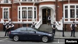 Cảnh sát Anh đứng bên ngoài Đại sứ quán Ecuador, nơi nhà sáng lập Wikileaks Julian Assange đang ẩn náu