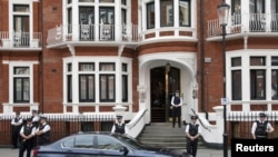 British police stand outside Ecuador's embassy, where Wikileaks founder Julian Assange is seeking asylum, London, August 16, 2012.