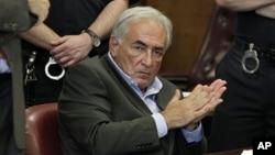 Mantan direktur IMF Dominique Strauss-Kahn saat menghadiri sidang di New York (Foto: dok).