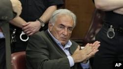 Cựu tổng giám đốc IMF Dominique Strauss-Kahn ra tòa ở New York, 19/5/11, trước khi các công tố viên New York bãi bỏ vụ án nhắm vào ông