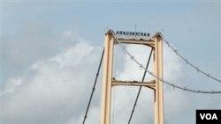 Para petugas penyelamat terus berupaya mencari korban robohnya jembatan Kutai Kartanegara di Tenggarong, Kalimantan Timur (27/11).