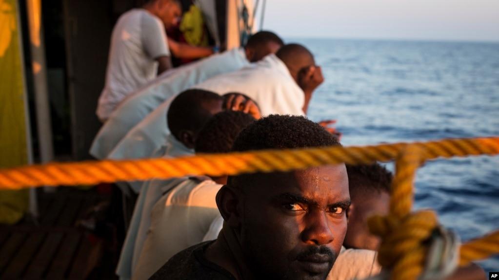 Les migrants se reposent sur le pont d'un bateau, après avoir été sauvés au large des côtes libyennes le 2 août 2018.