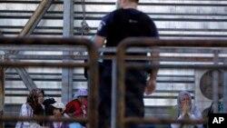 Polisi mengevakuasi para migran yang tinggal di terminal di bandara lama yang tidak dipakai di Athena, Yunani (foto: ilustrasi).