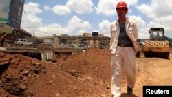 Un ingénieur chinois sur le chantier de la route Nairobi-Thika, 2011.