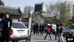 Cảnh sát canh gác nơi các thành viên của 1 giáo hội tại gia dự tính thờ phượng tại Bắc Kinh, Trung Quốc